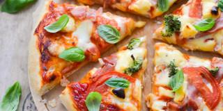 Pizza z serkiem i szynką szwarcwaldzką
