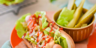 Domowe hot dogi z sosem serowym
