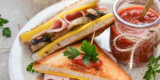 Chrupiące tosty z serem, pieczarkami i szynką