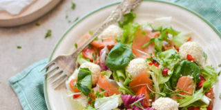 Sałatka z wędzonym łososiem i kulkami serowymi