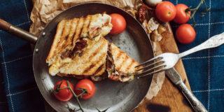 Tosty z cheddarem, boczkiem, pieczarkami i suszonymi pomidorami