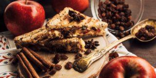 Tosty z serem śmietankowym, jabłkiem, rodzynkami i cynamonem