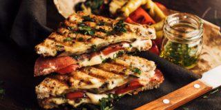 Tosty z serem tostowym, grillowanym bakłażanem i papryką, salami i pietruszką