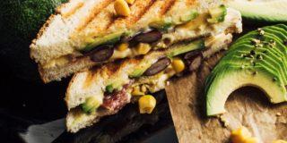 Tosty z serem tostowym, salami, awokado, fasolą czerwoną, kukurydzą i czerwoną cebulą