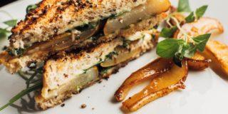 Tosty z cheddarem, karmelizowaną gruszką i pieprzem