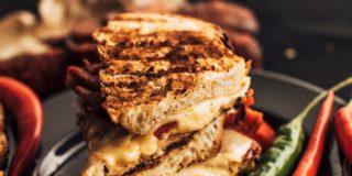 Tosty z serem tostowym, chorizo i papryką