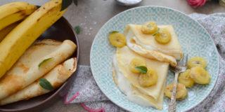 Naleśniki z kaszy manny z serkiem i słodkimi bananami