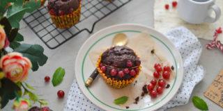 Kakaowe muffinki z serkiem i porzeczką