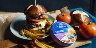 Burger nadziany serkiem cheddar z frytkami domowymi