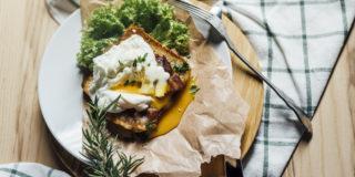 Szalone jajko z sosem śmietankowym i boczkiem smażonym na toście