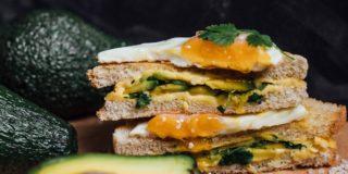Tosty z serem cheddar z avocado i jajkiem sadzonym