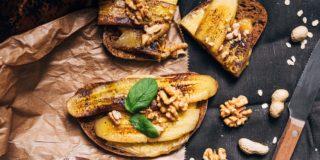Tosty z serem toastowym, karmelizowanym bananem, orzechami i miodem