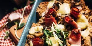 Zapiekanka z chleba moczonego w mleku, sera ze szczypiorkiem, pieczarek i szynki dojrzewającej