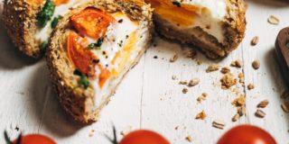 Bułeczki z serem ze szczypiorkiem, pomidorami koktajlowymi, jajkiem i kolendrą