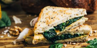 Tosty z serem z szynką, szpinakiem i omletem
