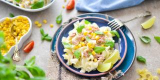 Makaron z kremowym sosem serowym z tuńczykiem i kukurydzą